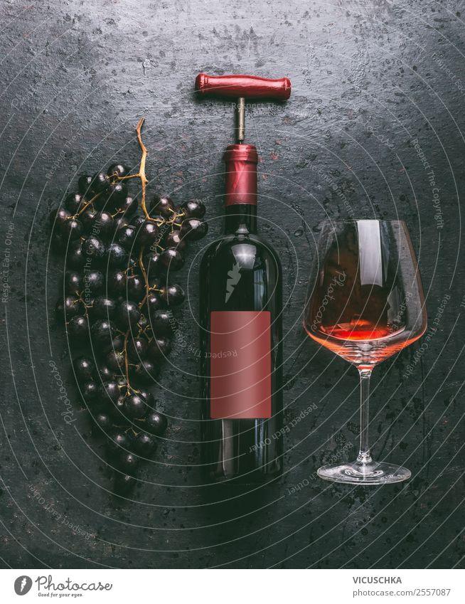 Flasche Rotwein mit Glass und Trauben Lebensmittel Festessen Getränk Alkohol Wein kaufen Stil Design Party Veranstaltung Restaurant Bar Cocktailbar
