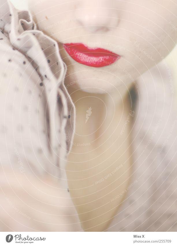 rosa Rüschchen mit Pünktchen, rotes Schnütchen... Mensch Frau Jugendliche schön Gesicht Erwachsene feminin Mund 18-30 Jahre Junge Frau Lippen Schminke Schminken