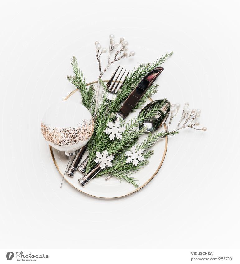 Teller mit Besteck und Weihnachtsdekoration auf weiß Stil Design Winter Tisch Weihnachten & Advent Dekoration & Verzierung Ornament Tradition Tischdekoration