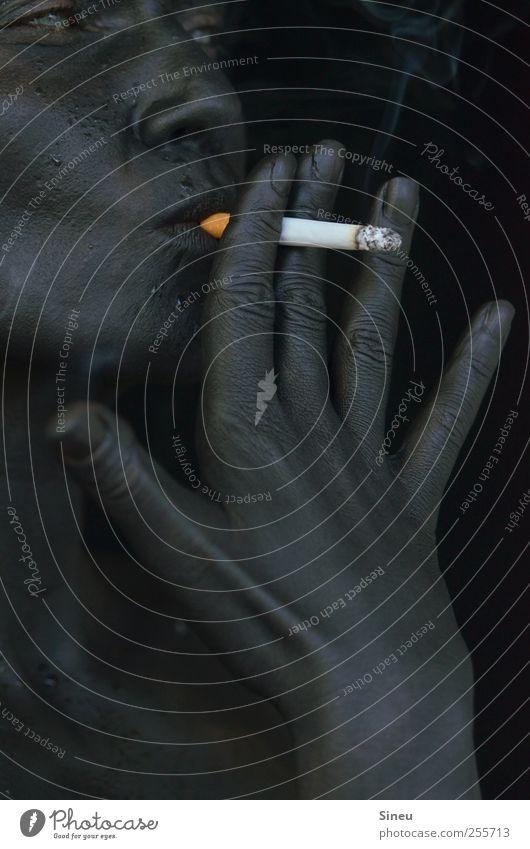 Endlich Nichtraucher. Mensch Frau Hand schwarz Gesicht Erwachsene Erholung kalt Kopf Finger Coolness Rauchen Krankheit Zigarette Kontrolle Teer