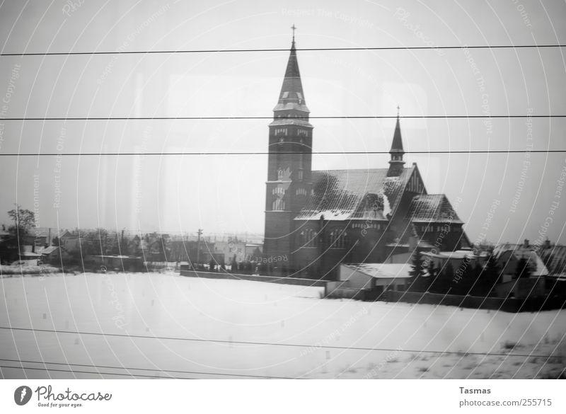Last Living Souls Winter Einsamkeit kalt Landschaft grau Gebäude Traurigkeit Kirche trist fahren Bauwerk Zukunftsangst Heimweh Bahnfahren Zugabteil Personenzug
