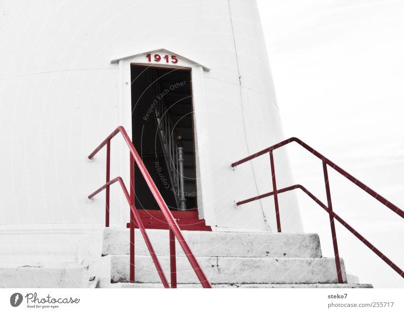 Tür in die Vergangenheit Leuchtturm Treppe Fassade alt historisch rot weiß offen Treppengeländer Gedeckte Farben Außenaufnahme Menschenleer Textfreiraum rechts