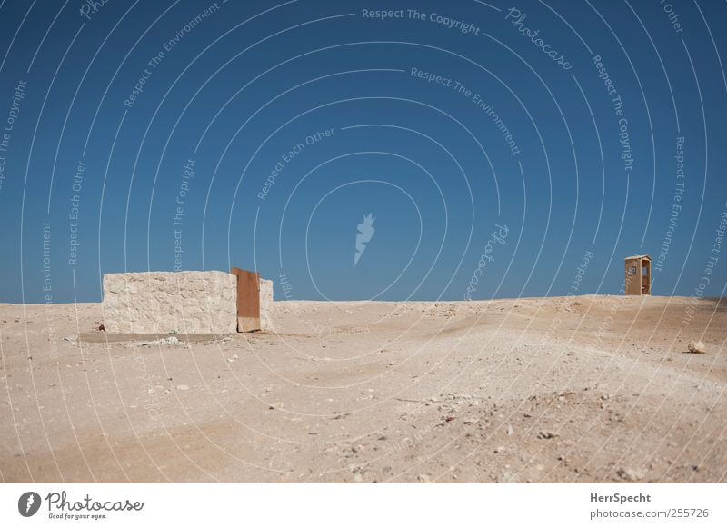 Noch Bauplätze frei blau Einsamkeit Wand Sand Gebäude Mauer braun Erde leer trist Baustelle Häusliches Leben Bauwerk Wüste heiß Schönes Wetter