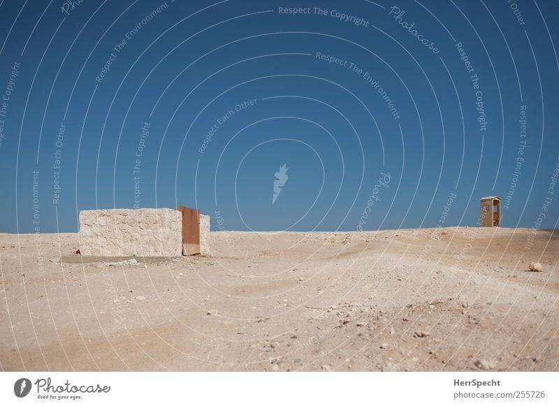 Noch Bauplätze frei Erde Sand Wolkenloser Himmel Schönes Wetter Wüste Bauwerk Gebäude Mauer Wand heiß trist blau braun Einsamkeit Häusliches Leben leer wüst