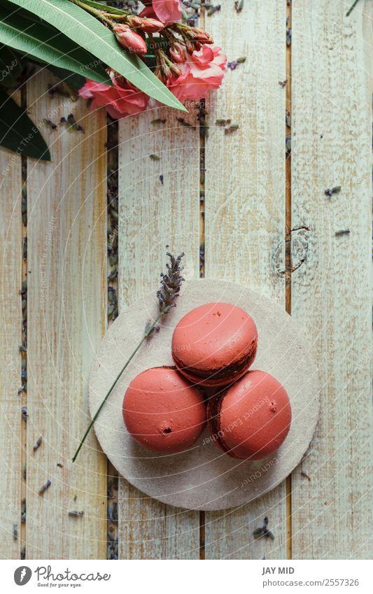 Rosa Makronen, Pfirsich- und Lavendelgeschmack Dessert Kaffee Tisch Holz lecker rosa Farbe Tradition Macaron Hintergrund Lebensmittel Teetrinken Französisch süß
