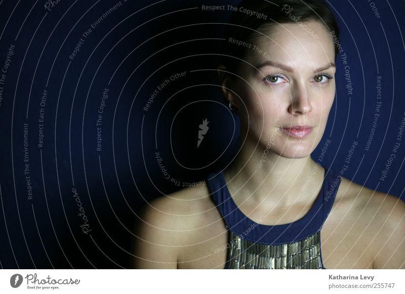 blaue Stunde elegant Stil schön Kosmetik Schminke Wimperntusche Zufriedenheit ruhig Lounge Mensch feminin Frau Erwachsene Gesicht Schulter 1 18-30 Jahre