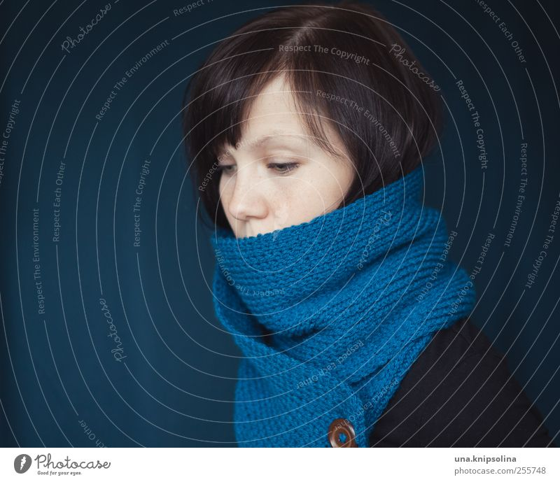 wärmen Freizeit & Hobby Handarbeit stricken feminin Junge Frau Jugendliche Erwachsene 1 Mensch 18-30 Jahre Mode Accessoire Schal brünett träumen Traurigkeit