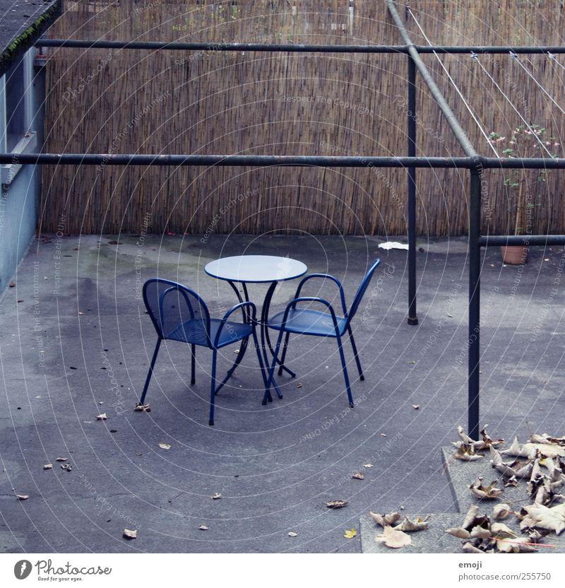 Wintersitzplatz Terrasse Beton Stuhl Tisch Sitzgelegenheit dunkel kalt trist blau 2 Einsamkeit karg Farbfoto Gedeckte Farben Außenaufnahme Menschenleer