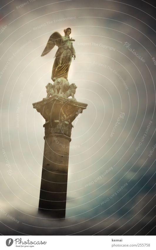 Komm zu mir Himmel alt Wasser Wolken dunkel Kunst außergewöhnlich Flügel Engel Denkmal Statue Wahrzeichen Säule Skulptur zeigen Pfütze
