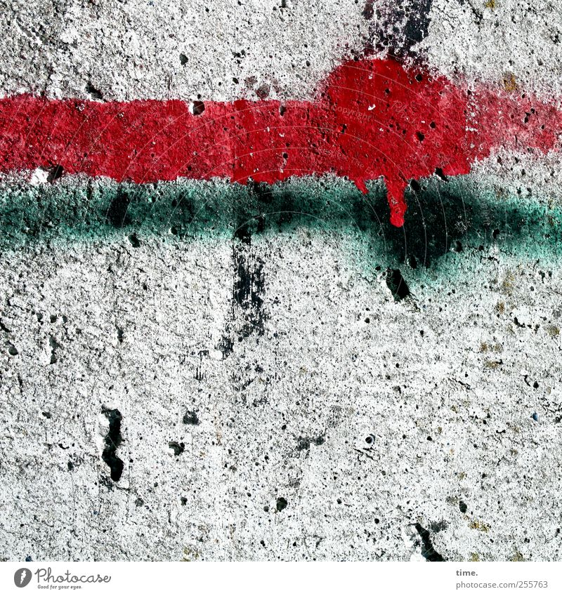 In der Schwebe grün rot Farbe Stein Farbstoff Kunst Beton Material Bildausschnitt Farbfleck rau Schmiererei