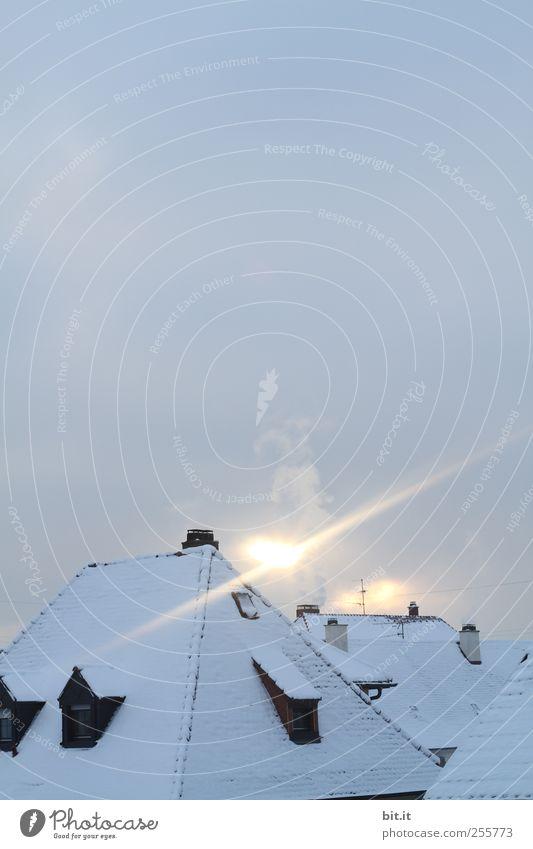 die Nikolaus-Propellermaschine im Landeanflug Sonne Haus Winter kalt Umwelt Schnee Horizont Eis Luft Häusliches Leben Nebel Klima Dach Frost Dorf Blitze