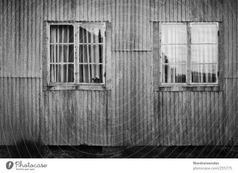 Grauzone Arbeitslosigkeit Ruhestand Haus Hütte Gebäude Architektur Fassade Fenster Metall Linie Streifen Häusliches Leben Armut dunkel gruselig kaputt