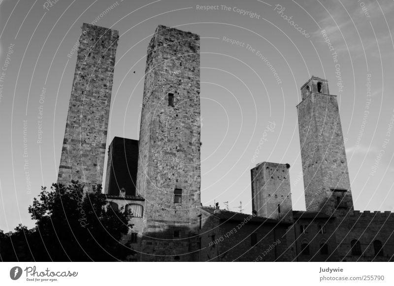 Stadt der Türme Haus Kunst Umwelt Dorf Altstadt Hochhaus Ruine Turm Bauwerk Gebäude Architektur bedrohlich dunkel eckig gigantisch kalt Schutz Mittelalter