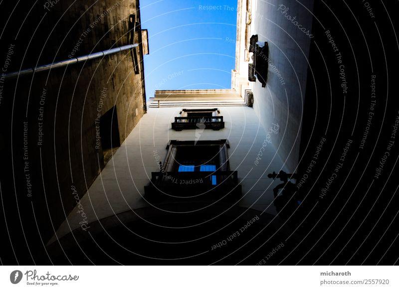 looking up Barcelona Spanien Europa Stadt Hauptstadt Altstadt Haus Mauer Wand Fassade Balkon Fenster Sehenswürdigkeit alt bedrohlich hoch schön Neugier