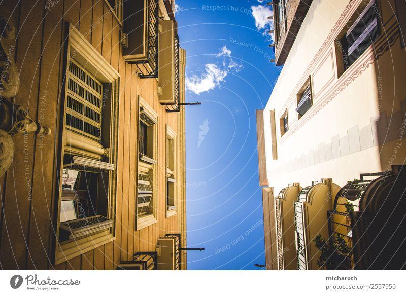 Looking Up Ferien & Urlaub & Reisen Stadt schön Erholung Fenster Architektur Wand Gebäude Tourismus Mauer Fassade Ausflug Zufriedenheit Europa elegant