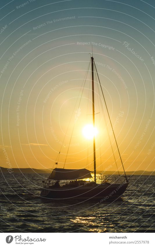 Segelboot in der Sonne Ferien & Urlaub & Reisen Sommer Meer Erholung Freude Ferne Strand Gesundheit Lifestyle Leben Glück Tourismus Freiheit Ausflug