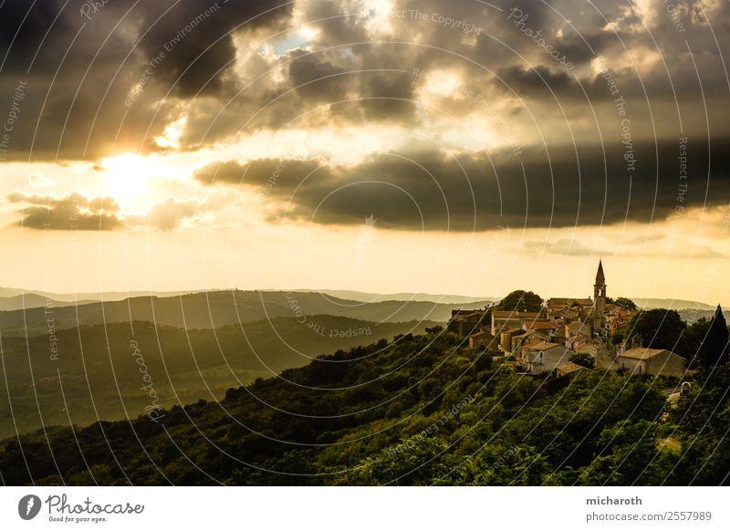 Kroatisches Dorf im Sonnenuntergang Natur Klima Klimawandel Wetter Schönes Wetter Baum Wald Hügel Berge u. Gebirge Kroatien Kleinstadt Altstadt Kirche Mauer