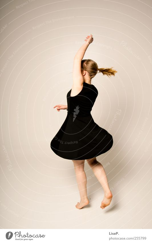 dreh dich! Mensch feminin Junge Frau Jugendliche Körper 1 18-30 Jahre Erwachsene Mode Kleid Stoff blond Zopf Bewegung drehen springen Tanzen träumen rot schwarz