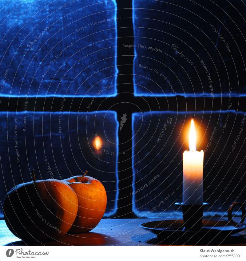 In Gedanken Lebensmittel Apfel harmonisch Erholung Winter Weihnachten & Advent Kirche Fenster Kreuz glänzend leuchten Wärme blau gelb weiß ruhig Kerze Leuchter