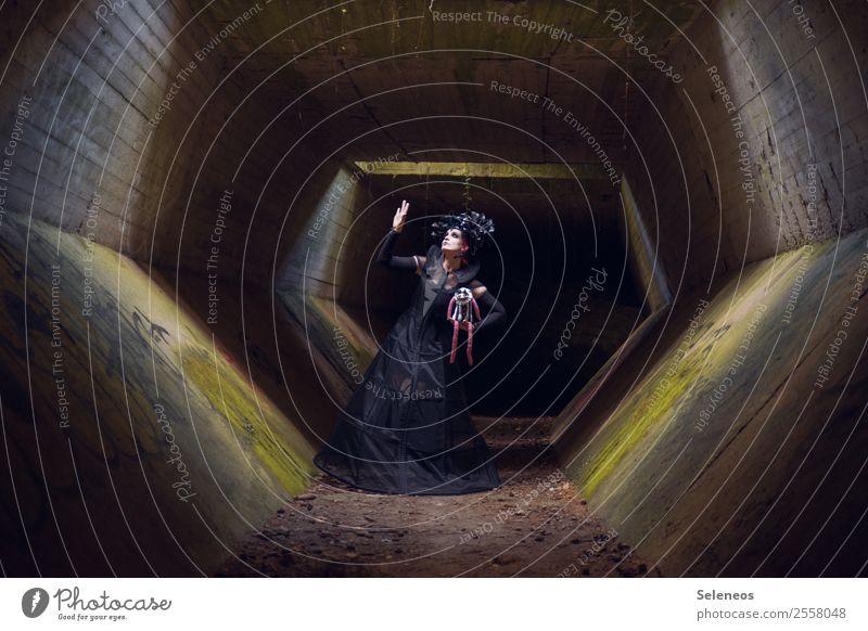 Püppi Halloween Mensch feminin Frau Erwachsene 1 Tunnel Bauwerk Gebäude Architektur gruselig Gothic verkleiden Farbfoto Außenaufnahme Licht Schatten