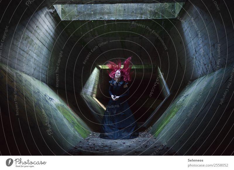 . Mensch feminin Frau Erwachsene Haare & Frisuren 1 Tunnel Bauwerk Gebäude Architektur leuchten gruselig Halloween Farbfoto Innenaufnahme Licht Schatten