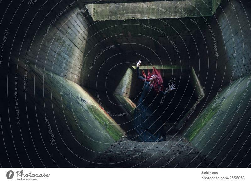 der Tunnel des Grauens Frau Mensch dunkel Erwachsene feminin Gebäude Angst Bauwerk gruselig Halloween verkleiden Vampir