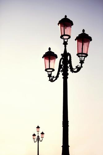 Ein Licht geht auf. ästhetisch Laterne Laternenpfahl Straßenbeleuchtung 2 Morgen Gußeisen verziert prächtig Farbfoto Außenaufnahme Detailaufnahme Menschenleer