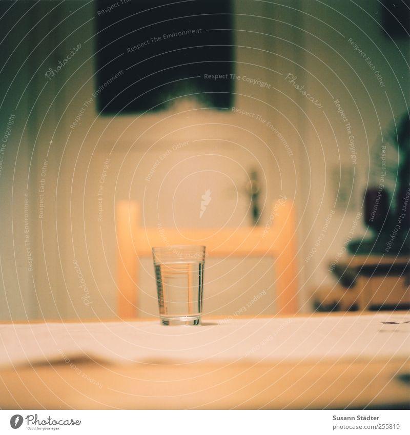 boat behind. Fasten Getränk Erfrischungsgetränk Glas Wasserglas Stuhl Tisch Esstisch Tür analog mehrfarbig Nahaufnahme Detailaufnahme Menschenleer