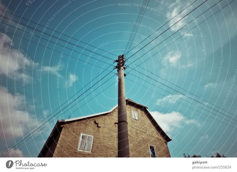 Kabelanschluss Himmel blau Wolken Haus Herbst Fenster braun Fassade Wandel & Veränderung Vergänglichkeit einfach Verfall Draht Einfamilienhaus Laternenpfahl