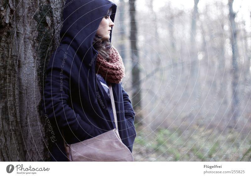 Der Wald hört dir zu Junge Frau Jugendliche 1 Mensch Blick Kapuze Schutz Zufluchtsort ruhig Denken Tasche Schal kalt Herbst Baum anlehnen Jacke ernst