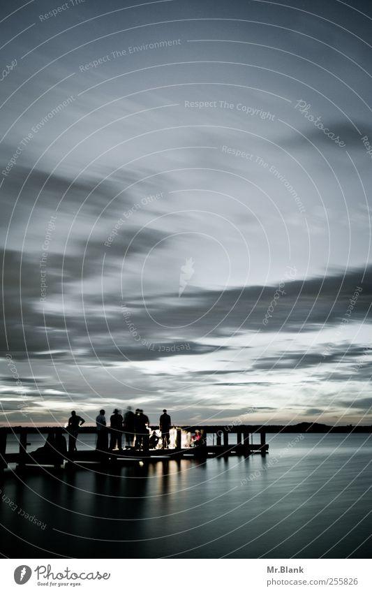 vergeht Freizeit & Hobby Freiheit Feste & Feiern Mensch Menschengruppe Wasser Wolken Horizont Sommer See Steg Erholung Kommunizieren stehen blau Stimmung
