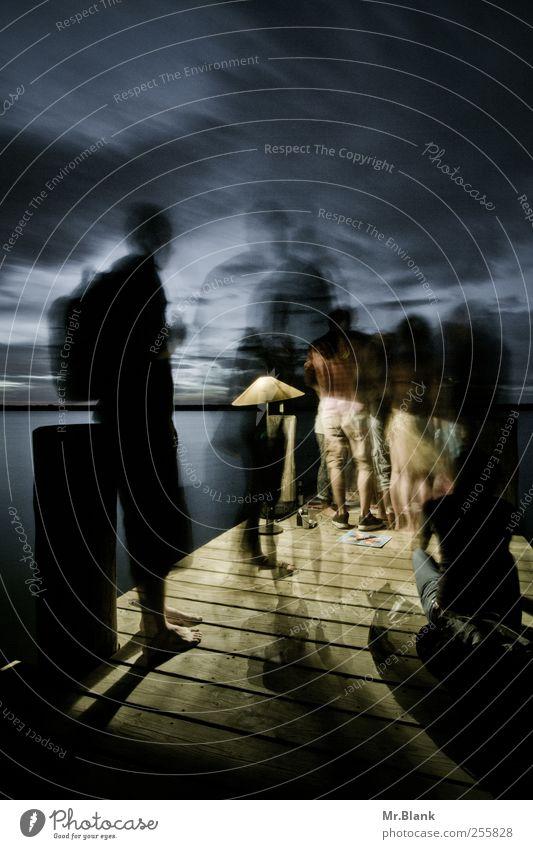 der sommer eilt vorbei Freude Glück Freizeit & Hobby Mensch maskulin Freundschaft Leben Menschengruppe Wasser Wolken Seeufer Steg Bewegung Feste & Feiern laufen