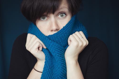 verfroren Mensch Frau Jugendliche Erwachsene feminin kalt Gefühle 18-30 Jahre Junge Frau Erkältung Krankheit brünett frieren Schal Wolle Schüchternheit