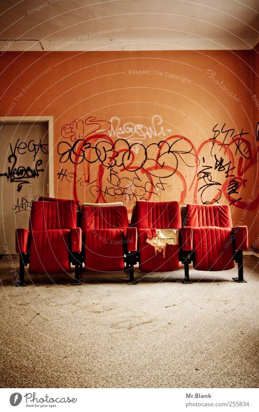 erstmal pause. alt rot Haus Wand Graffiti Raum Wohnung Innenarchitektur kaputt Möbel Zerstörung Renovieren Sessel Traumhaus Kinosessel