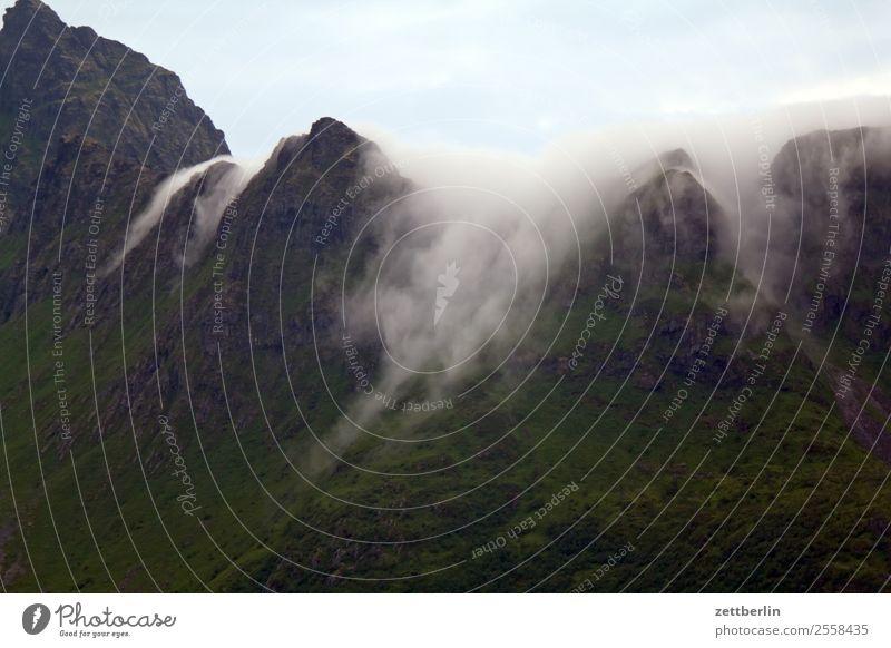 Wolken in Å Felsen Berge u. Gebirge Gipfel Schneebedeckte Gipfel Bergkamm Ferien & Urlaub & Reisen Fjord Himmel Himmel (Jenseits) Landschaft maritim Natur