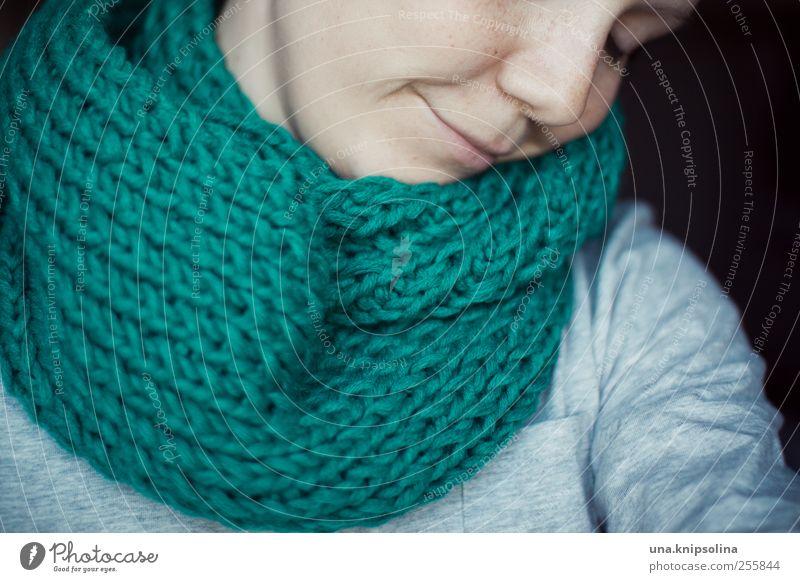 kuschlig schön Krankheit Wohlgefühl Zufriedenheit feminin Junge Frau Jugendliche Erwachsene Gesicht 1 Mensch 18-30 Jahre Mode Accessoire Schal Erholung Lächeln