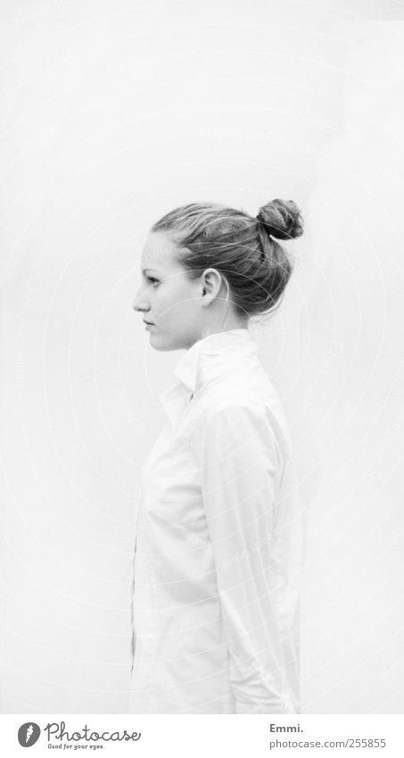 streng feminin Junge Frau Jugendliche 1 Mensch Hemd dutt stehen kalt selbstbewußt Kraft Selbstbeherrschung diszipliniert standhaft Präzision rein