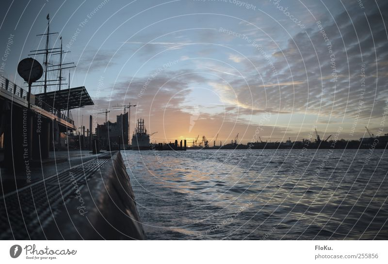 Moin, moin, Elbe! Himmel Wasser blau Stadt Sonne Wolken Herbst Wellen nass Beginn Hamburg Fluss Hafen Schönes Wetter Schifffahrt Flussufer