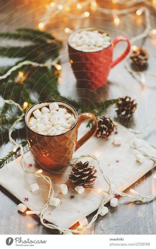 zwei Tassen heißen Kakaos mit Marshmallows Croissant Dessert Kaffee Winter Dekoration & Verzierung Tisch Silvester u. Neujahr Paar Wärme Holz Geborgenheit