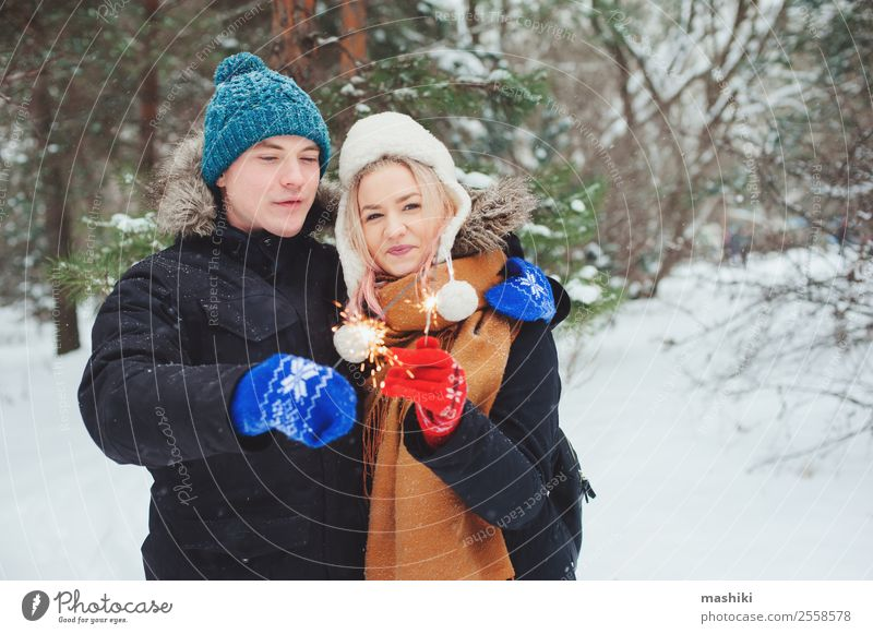 glückliches junges Paar beim Spaziergang im Winter im verschneiten Wald Freude Ferien & Urlaub & Reisen Abenteuer Freiheit Schnee Winterurlaub Frau Erwachsene