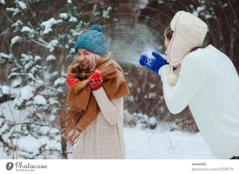 glückliches junges Paar beim Spielen auf dem Winterspaziergang Freude Ferien & Urlaub & Reisen Abenteuer Freiheit Schnee Frau Erwachsene Mann Natur Schneefall