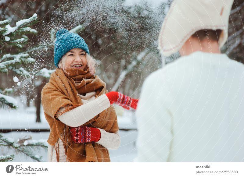 glückliches junges Paar beim Spielen auf dem Winterspaziergang Freude Glück Ferien & Urlaub & Reisen Abenteuer Freiheit Schnee Natur Schneefall Baum Park Wald