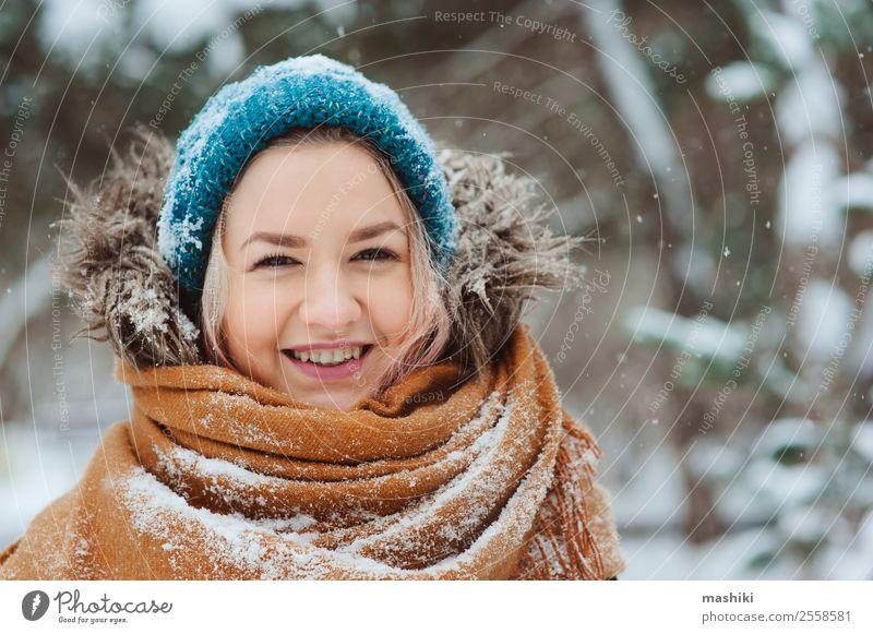 Winterportrait einer glücklichen jungen Frau Freude Glück Ferien & Urlaub & Reisen Abenteuer Freiheit Schnee Erwachsene Natur Schneefall Park Wald Mode