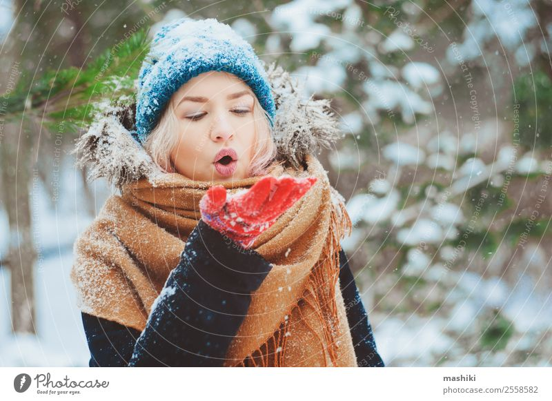 Winterportrait einer glücklichen jungen Frau Freude Glück stricken Ferien & Urlaub & Reisen Abenteuer Freiheit Schnee Erwachsene Natur Schneefall Wärme Baum