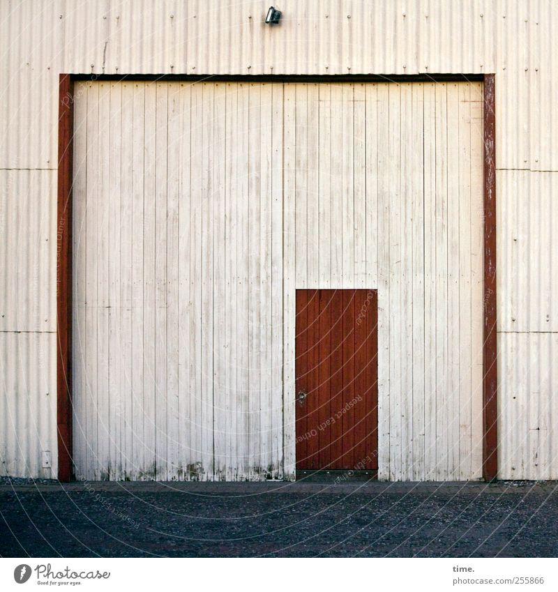 Macht hoch die Tür | Kein Mensch ist illegal Zufriedenheit Lampe Grünpflanze Architektur Scheune Lagerhalle Lagerschuppen Straße rot Symmetrie Wellblech