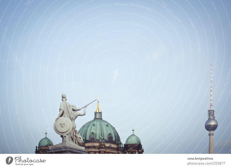 gemischtes trio Skulptur Berlin Hauptstadt Stadtzentrum Skyline Menschenleer Kirche Dom Brücke Bauwerk Gebäude Sehenswürdigkeit Wahrzeichen Denkmal