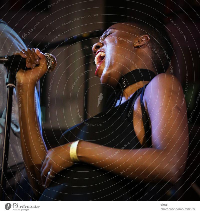 Tash Frau Mensch Erwachsene Leben feminin Bewegung Business Musik Kraft authentisch Perspektive Geschwindigkeit Macht festhalten Kleid Leidenschaft