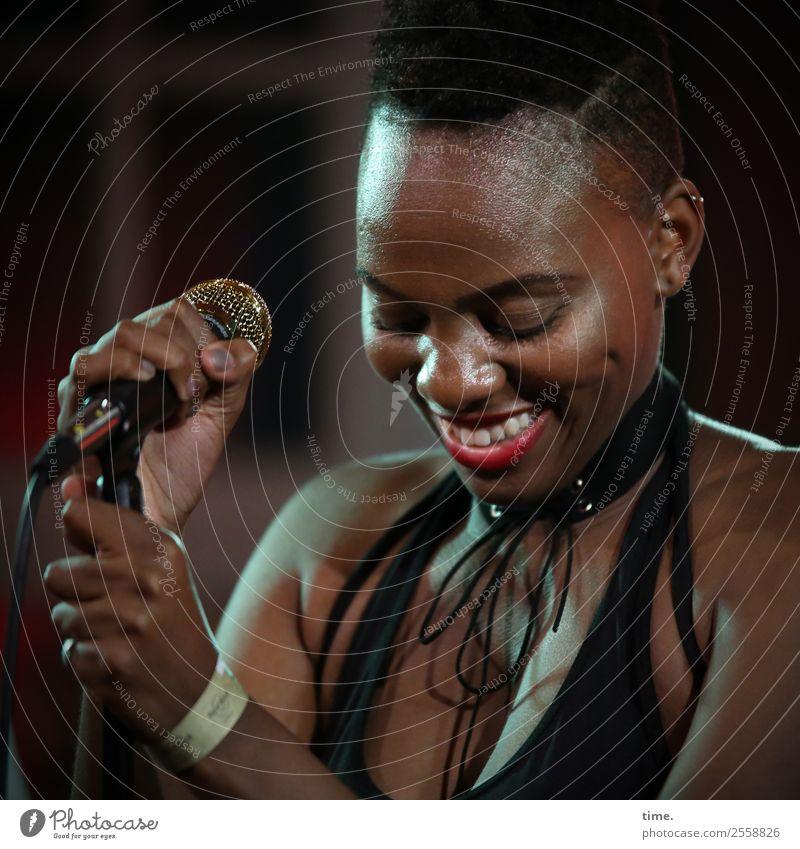 Tash Frau Mensch schön Erwachsene Leben feminin Stimmung Zufriedenheit Musik ästhetisch Fröhlichkeit Kreativität genießen Lebensfreude Freundlichkeit Pause