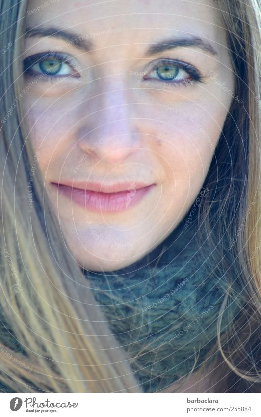 Die Augen sprechen lassen Mensch feminin Junge Frau Jugendliche Erwachsene Gesicht 18-30 Jahre Herbst Schal blond langhaarig Lächeln Blick authentisch