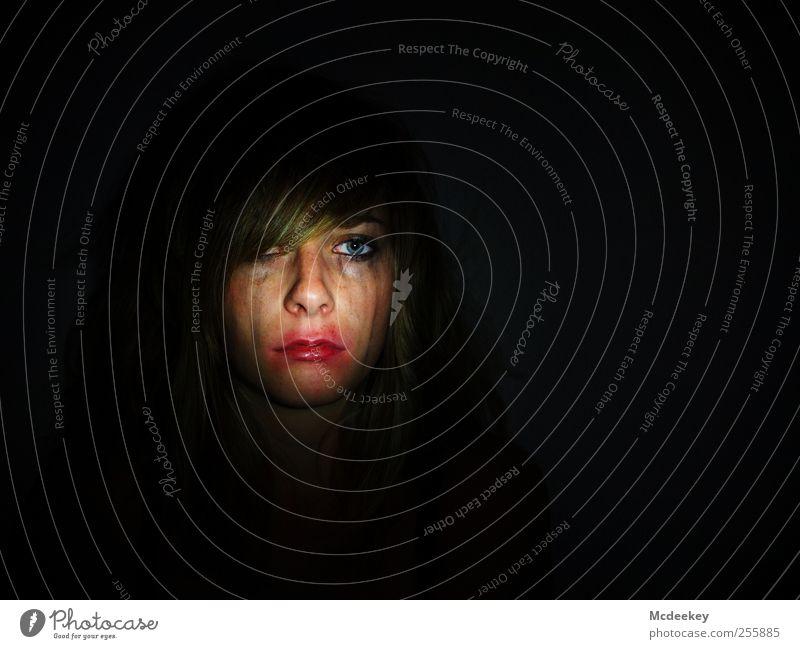 Verlockende Verwandlung Mensch Jugendliche blau weiß rot Erwachsene schwarz Einsamkeit Gesicht Auge feminin dunkel Kopf Haare & Frisuren Traurigkeit orange